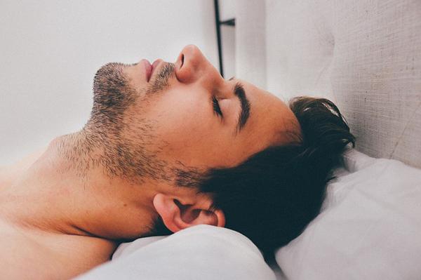 睡眠でストレスのない男性